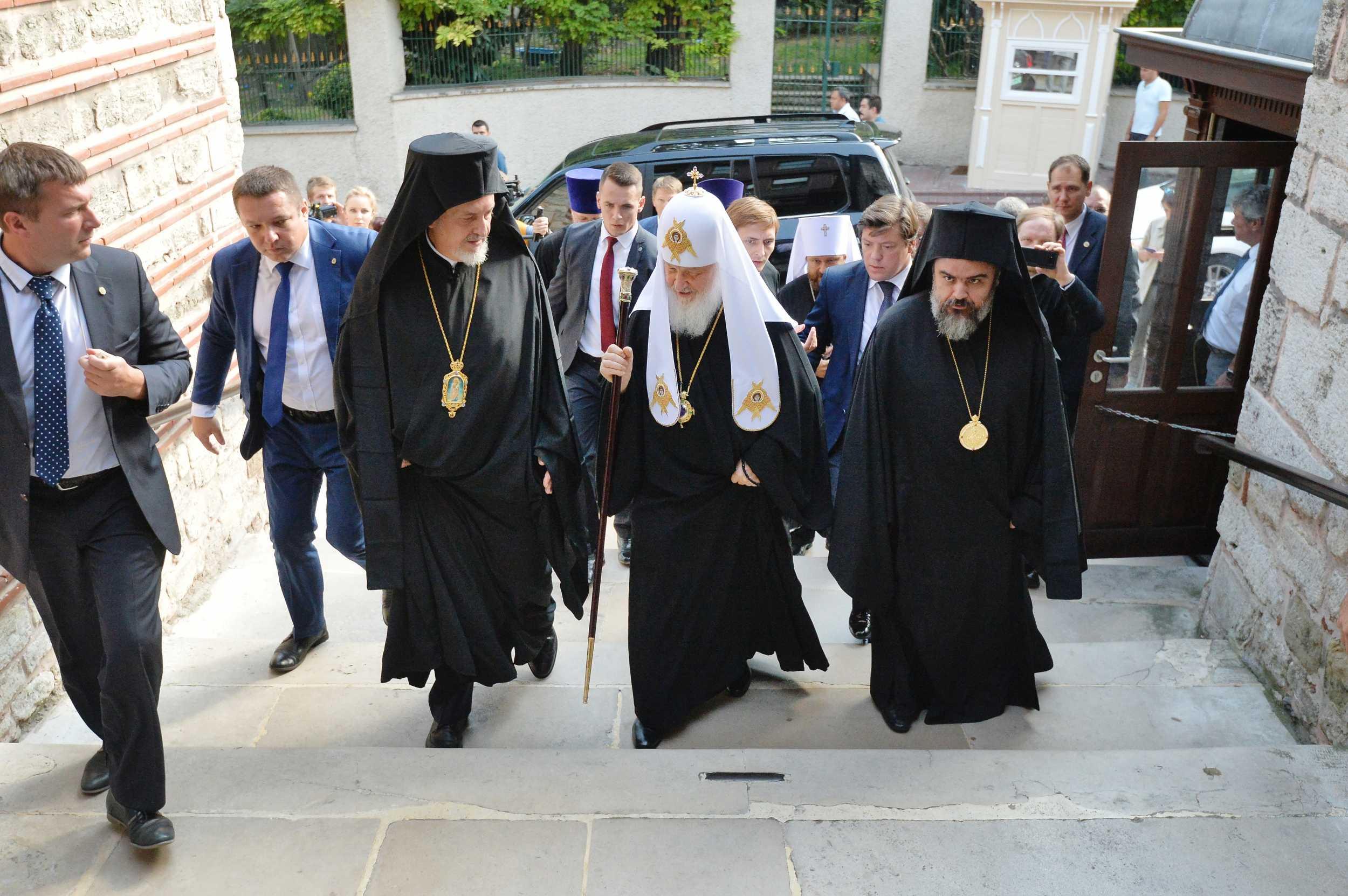 El metropolitano Emmanuel recibiendo al patriarca Kirill