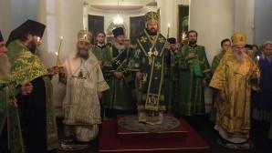 """Vescovi della Chiesa ortodossa georgiana hanno concelebrato con il metropolita Hilarion durante la Veglia di tutta la notte nella chiesa dell'icona della Madre di Dio """"Gioia di tutti i sofferenti"""" in via Bolshaya Ordynka"""